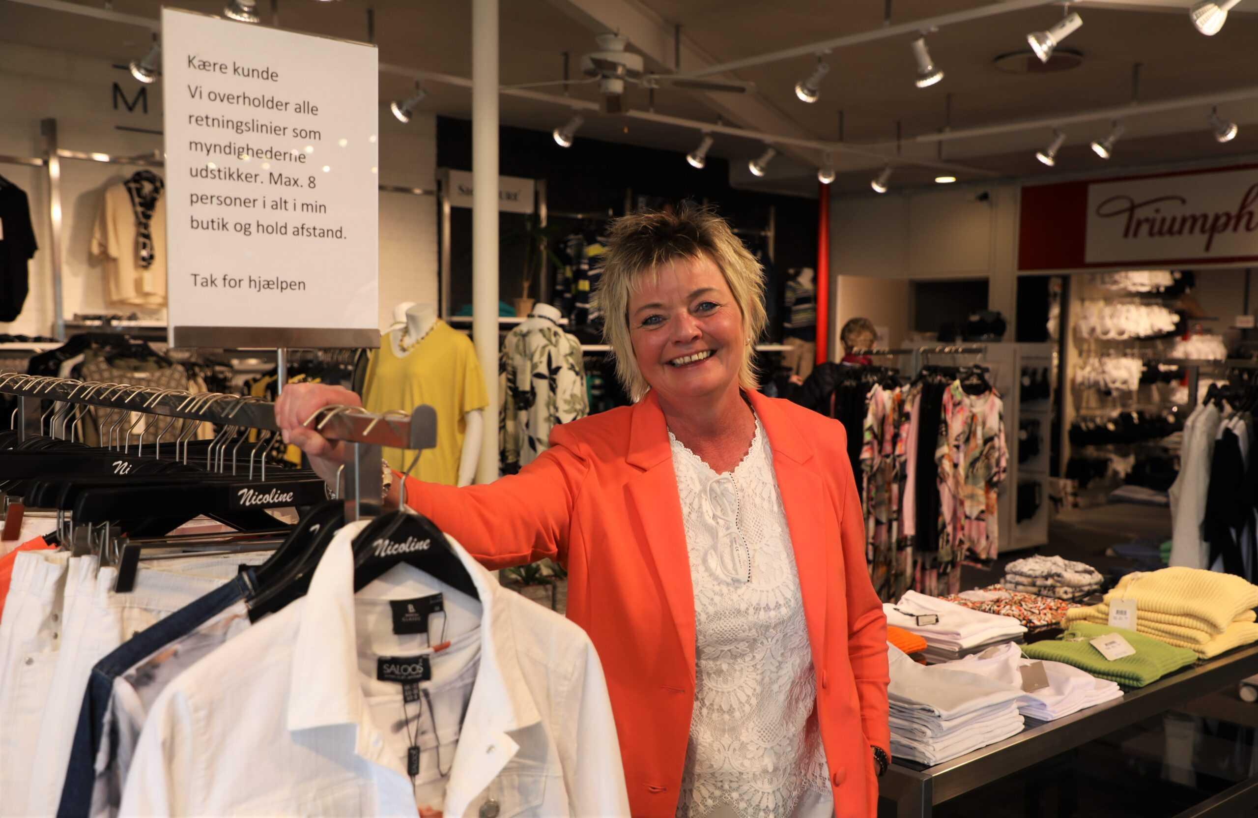 Ann Frydenlund ved skiltet der fortæller om de forholdsregler der findes i Nicoline scaled